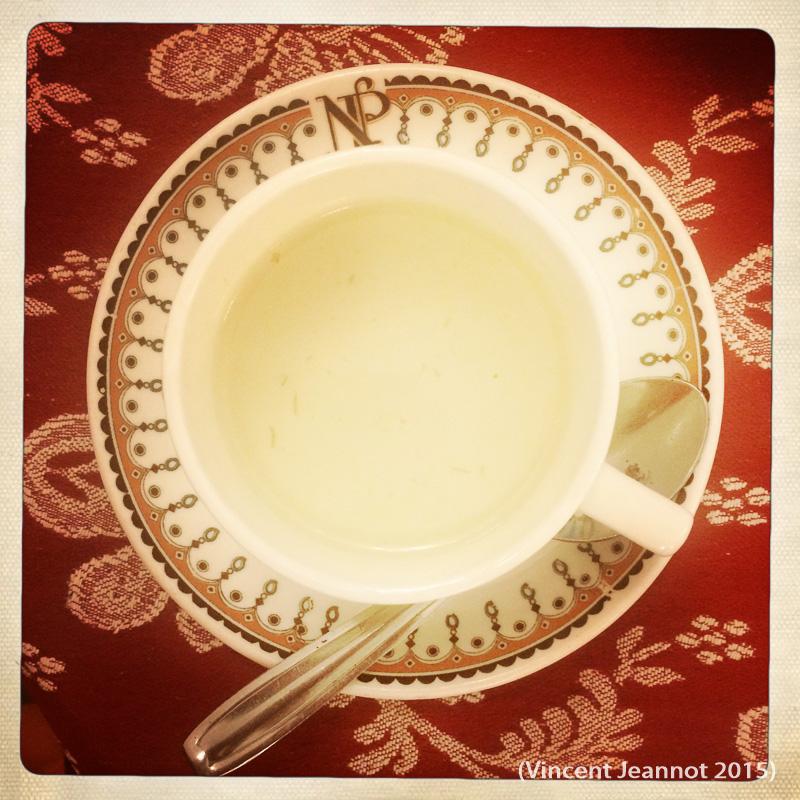 Tasse d'eau chaude (le café soluble sera apporté plus tard)